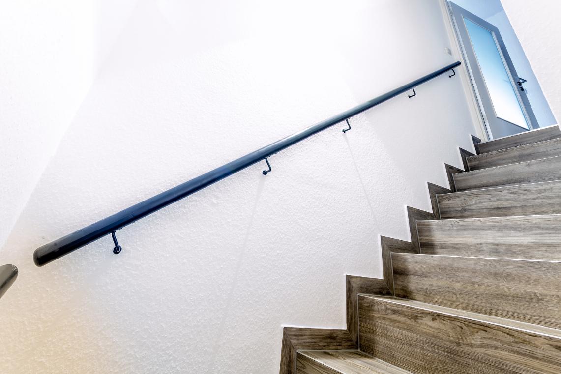 treppegestaltung mit designboden in holzoptik. Black Bedroom Furniture Sets. Home Design Ideas